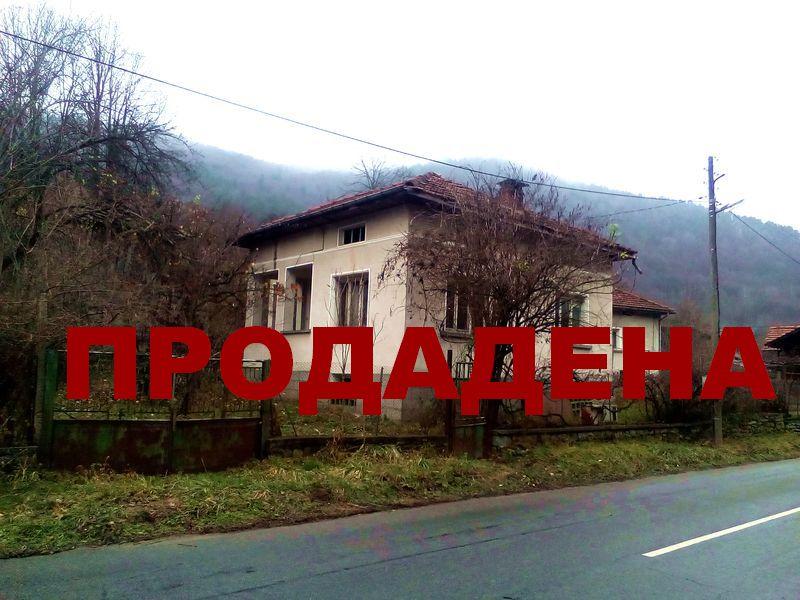 Продава къща до река в Априлци